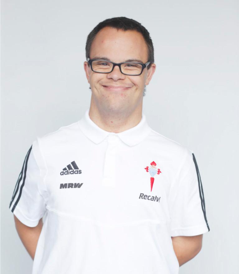 Imágen del jugador Isaac Fernández posando