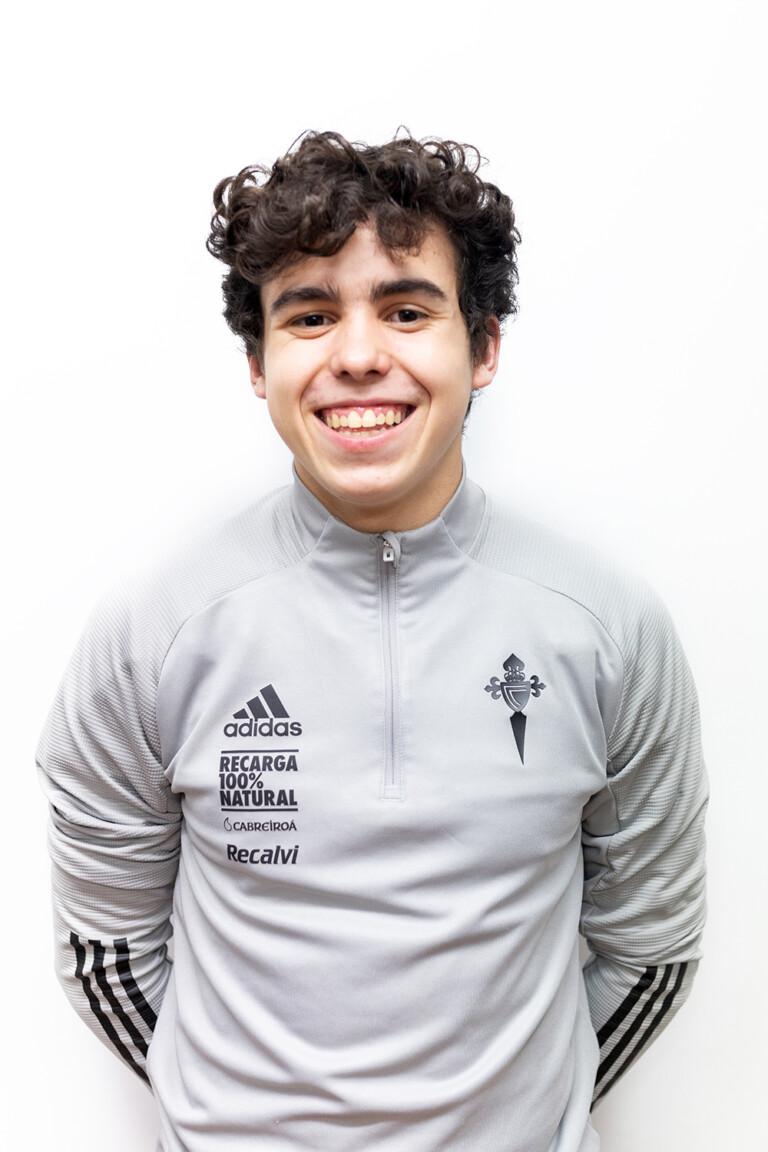 Image of Álex Comparada González player posing